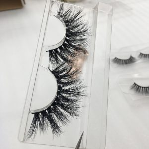 How to Take Off the Fake Eyelashes?